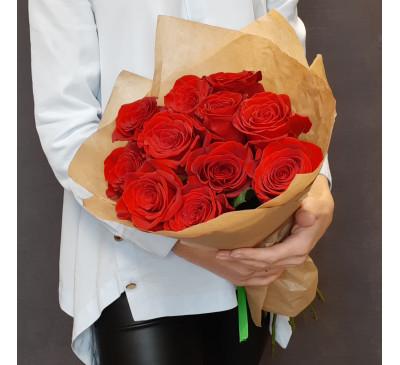 11 красных роз в крафте